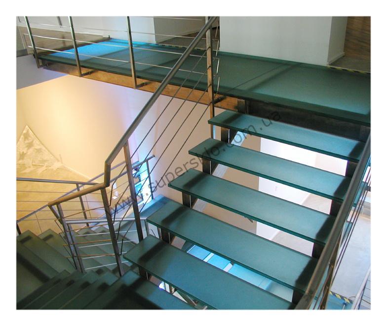 матовая стеклянная лестница