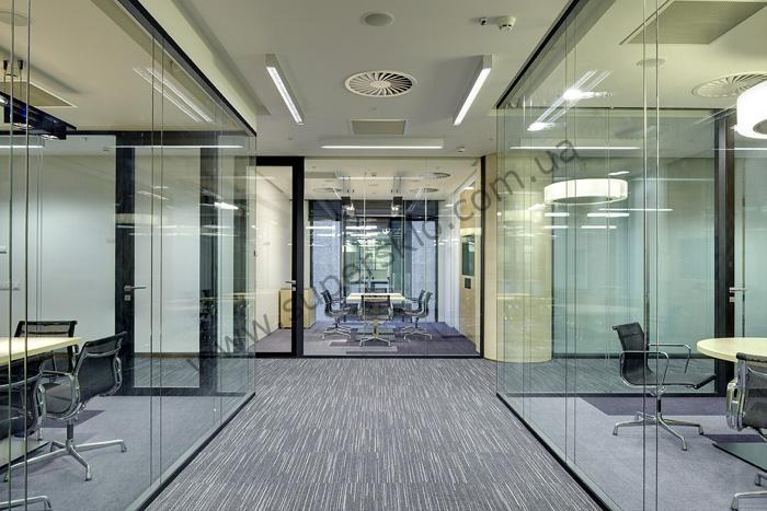 Стеклянные пергородки во офисе