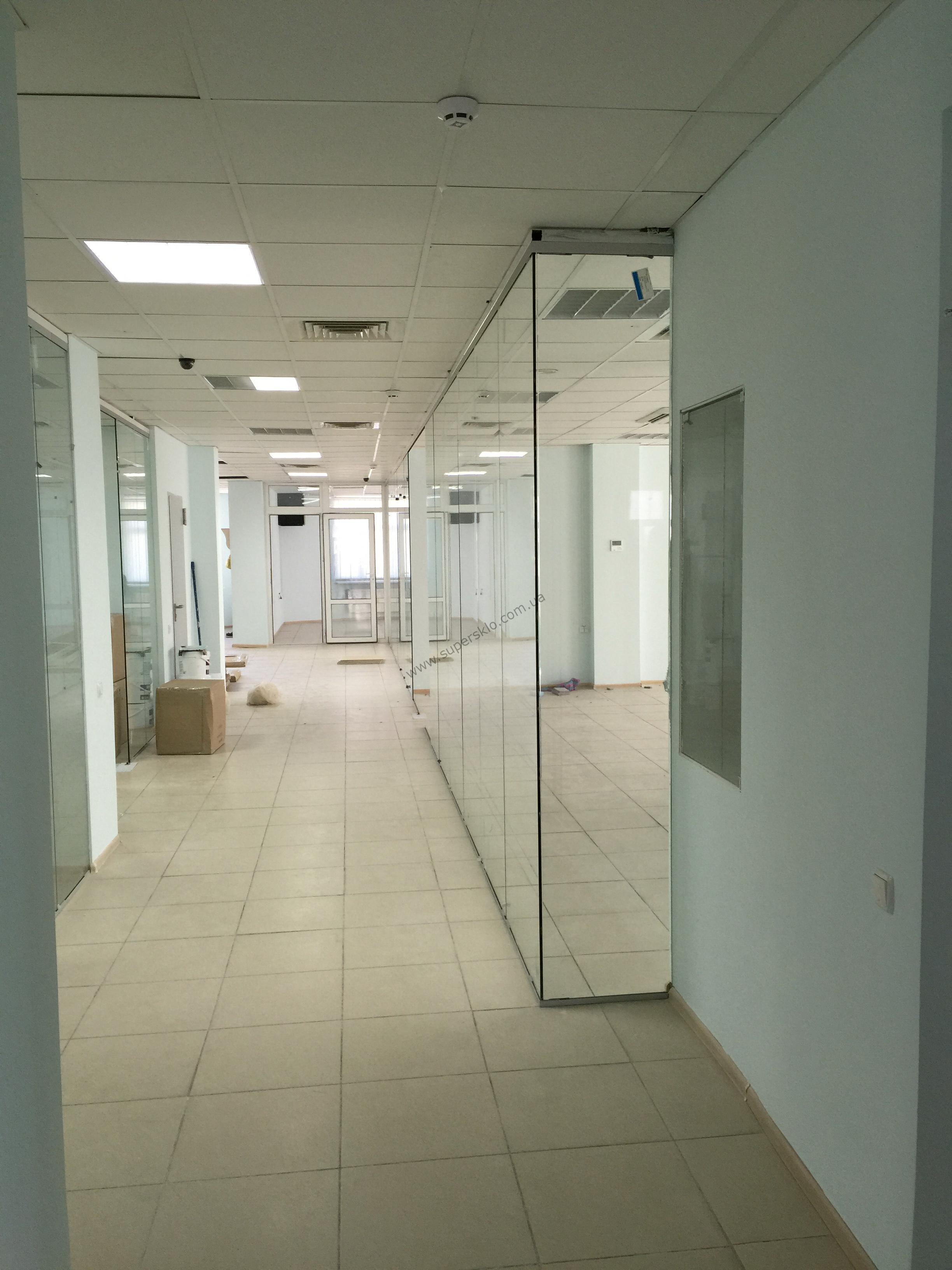 Зонирование пространства стеклянными перегородками в офисе