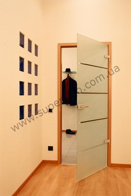 Стеклянные распашные двери в деревянной коробке